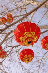 chinesische Laternen in einem Baum